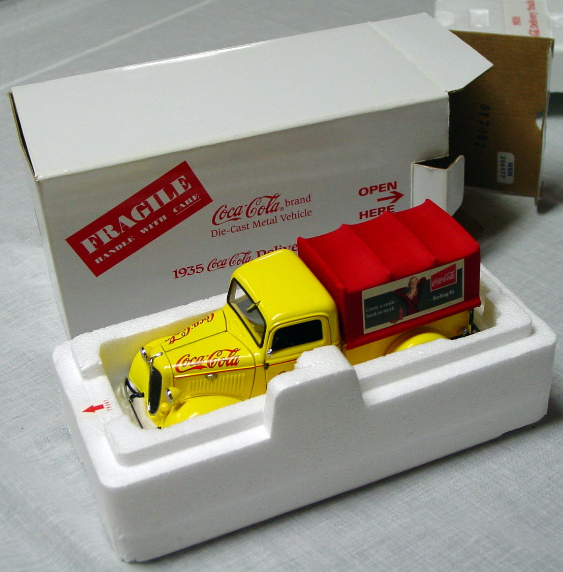 1_24 Scale - DANBURY MINT 35 Coke Del Truck Yellow crack bumper