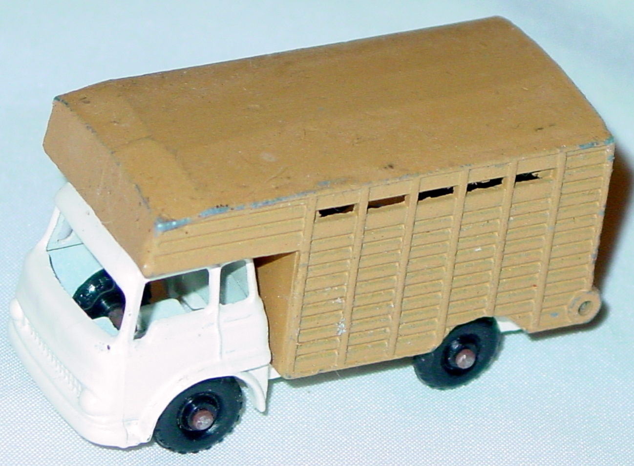 72 - BUDGIE 25 Cattle Truck White and Tan