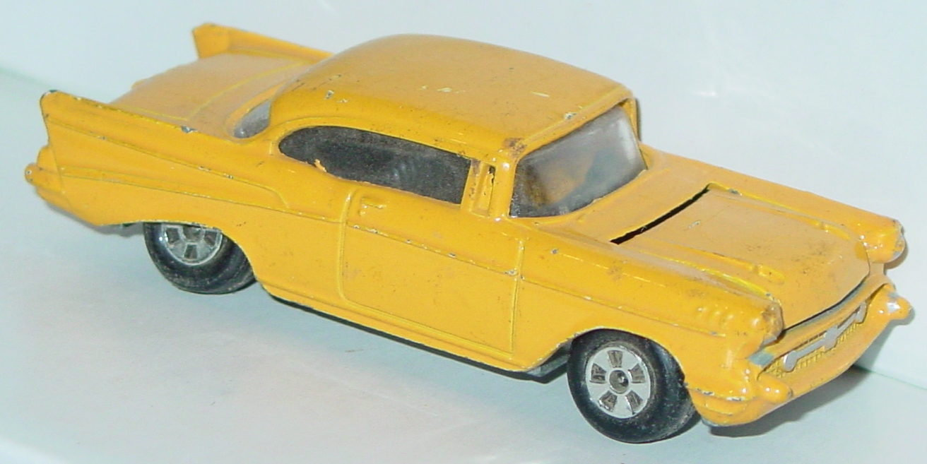 64 - ERTL REPLICA 57 Chevy Yellow met base