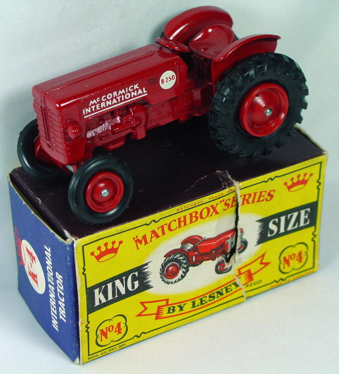 King Size 04 A 3 - Tractor red plastic hubs 1 chip C8 crown box