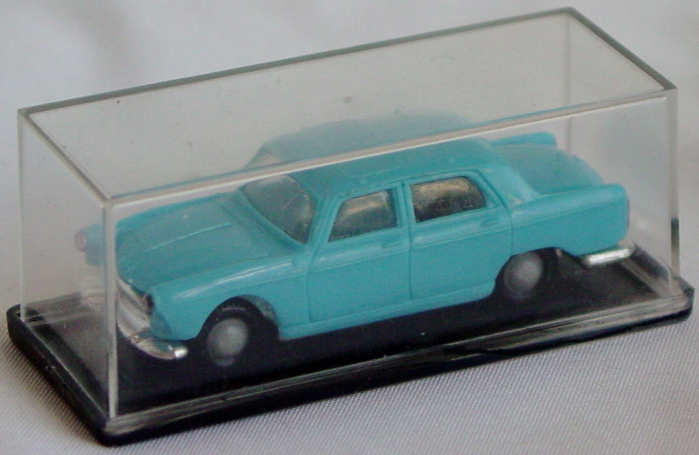 87 - NOREV HO 518 Peugeot 404 light Blue