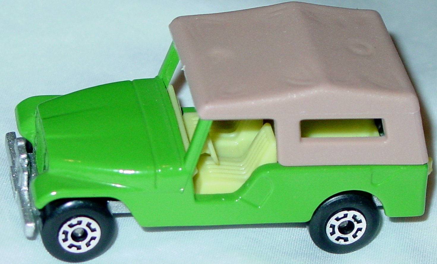 Hungarian 53 C 2 - CJ6 Jeep dark Lime lighter tan roof met sil-grey pale yellow