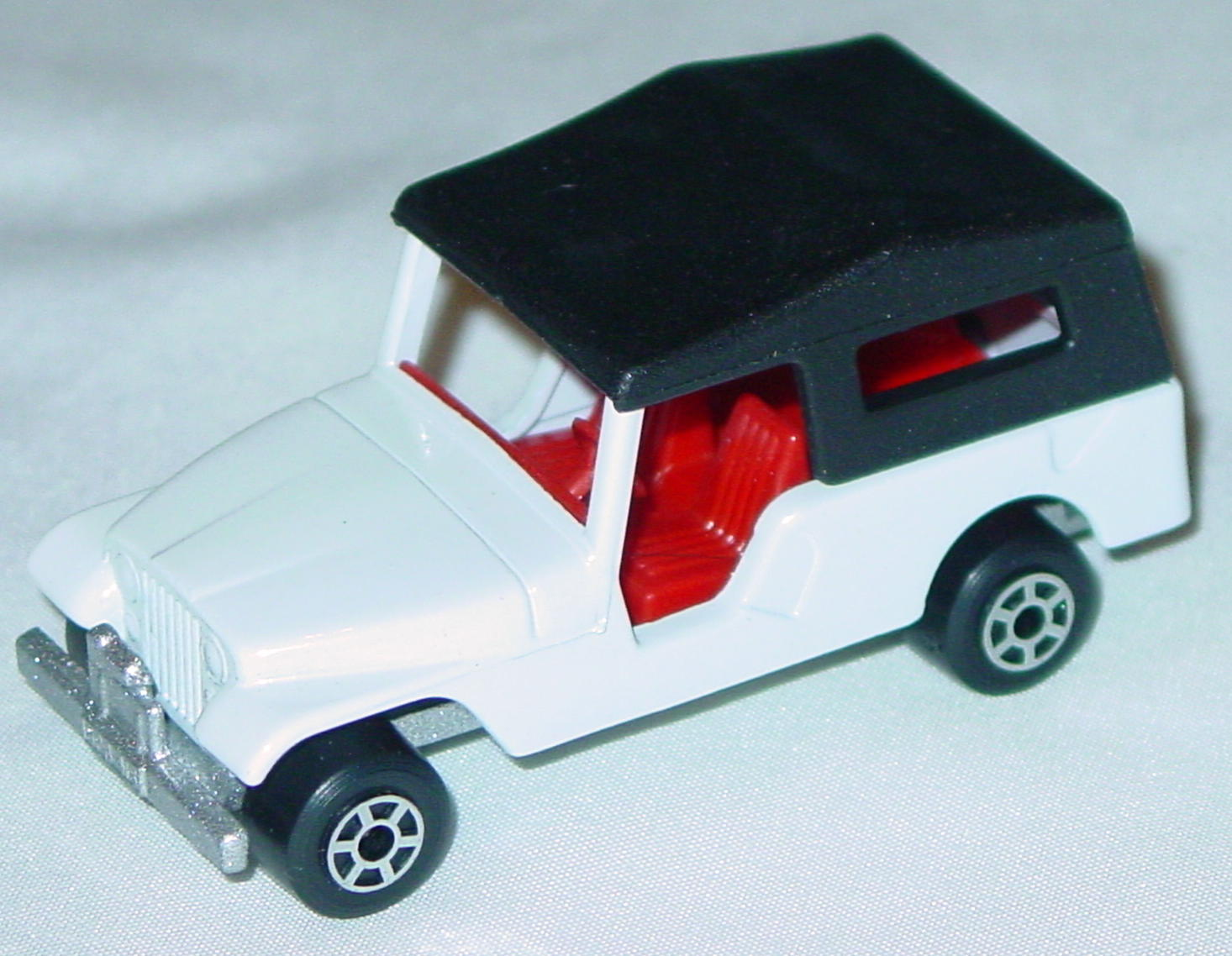 Hungarian 53 C 13 - CJ6 Jeep White red interior black roof met sil-grey 5-spoke