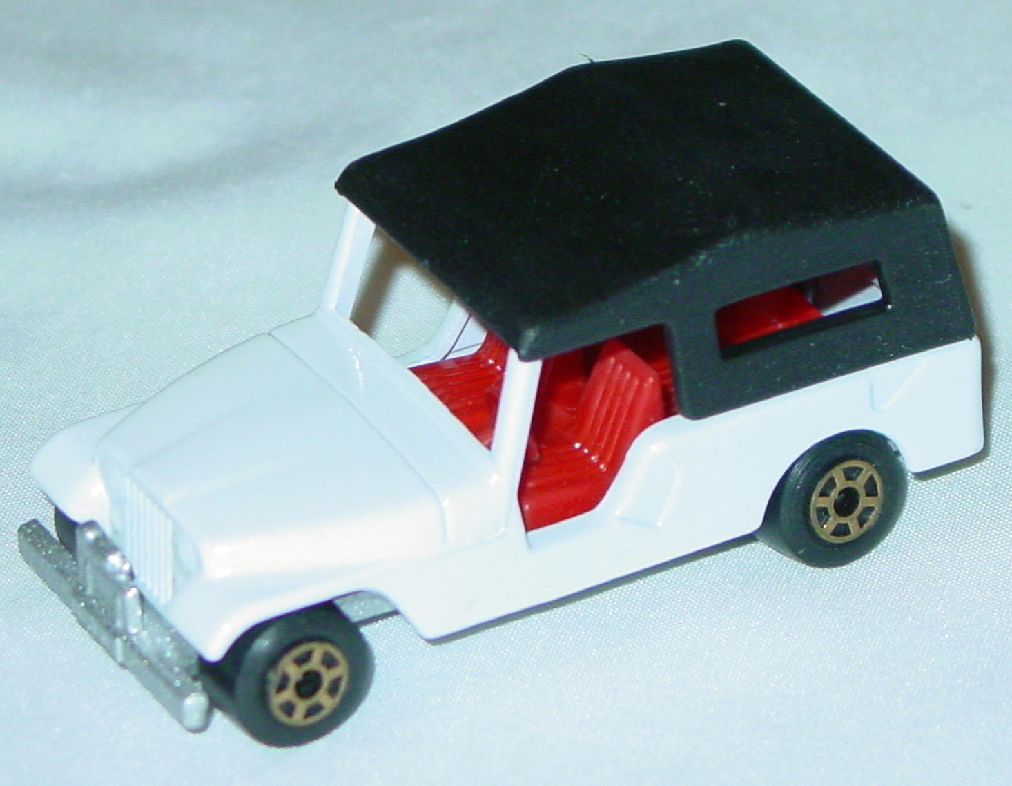 Hungarian 53 C 13 - CJ6 Jeep White red black roof met sil-grey gold 5-spoke