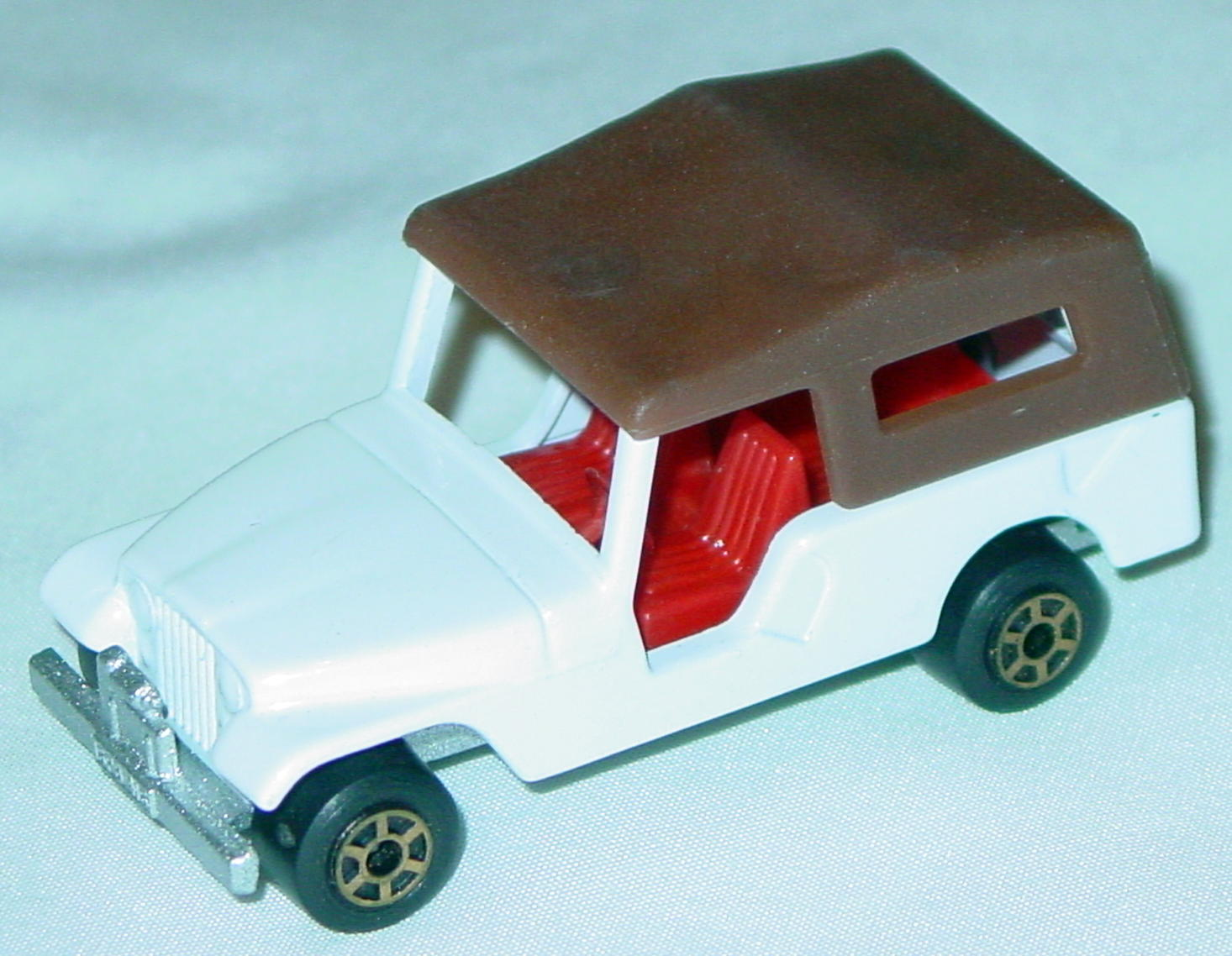 Hungarian 53 C 13 - CJ6 Jeep White red dark brown roof met sil-grey gold 5-spoke