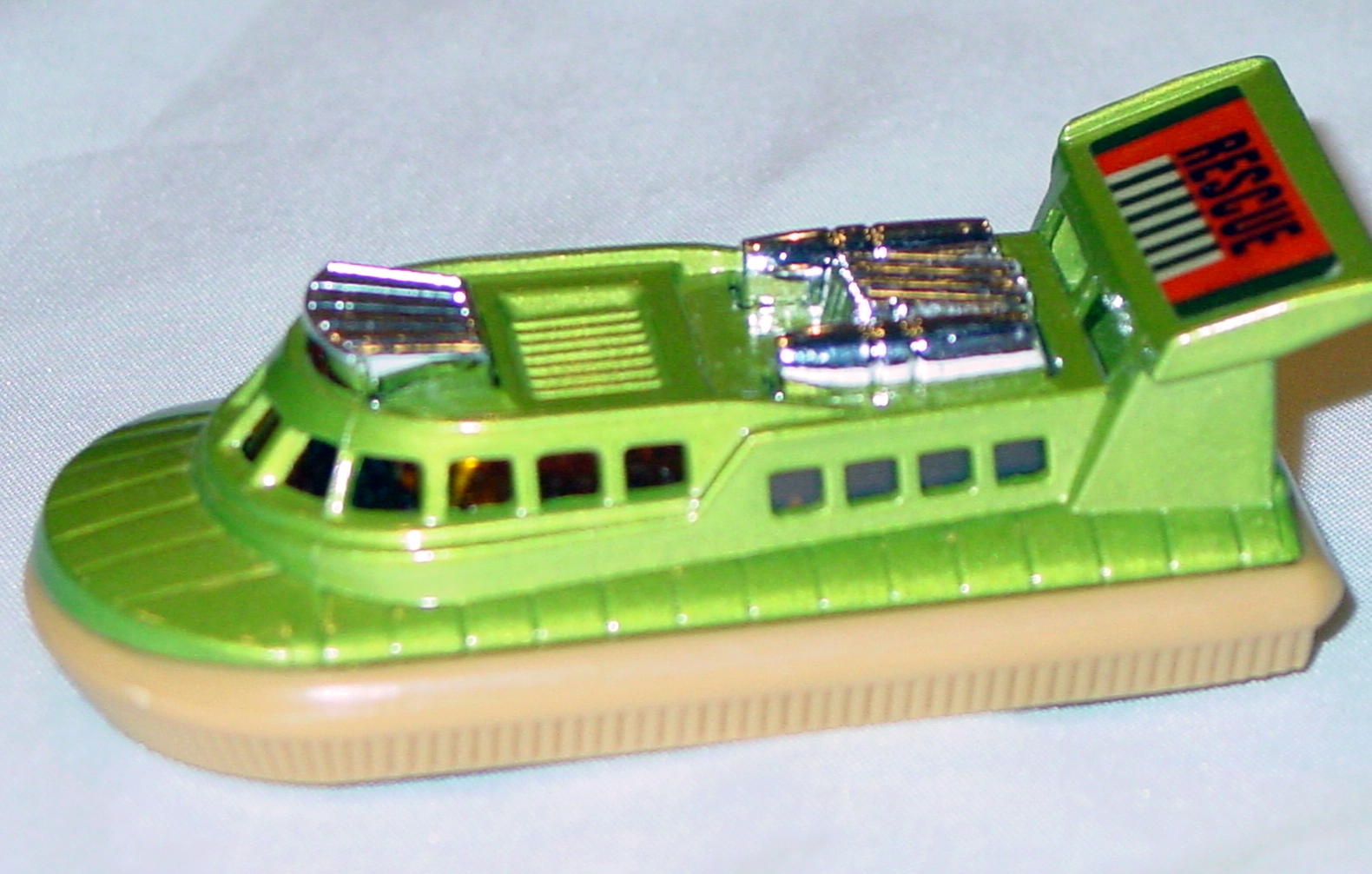 Lesney SuperFast 02 C 4 - Hovercraft dark lime/tan Rescue